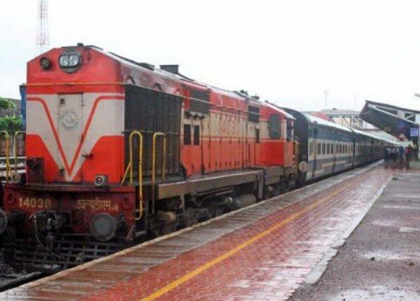 आनंद विहार रेलवे स्टेशन: बिना ड्राइवर के दौड़ा इंजन पटरी से उतर गया