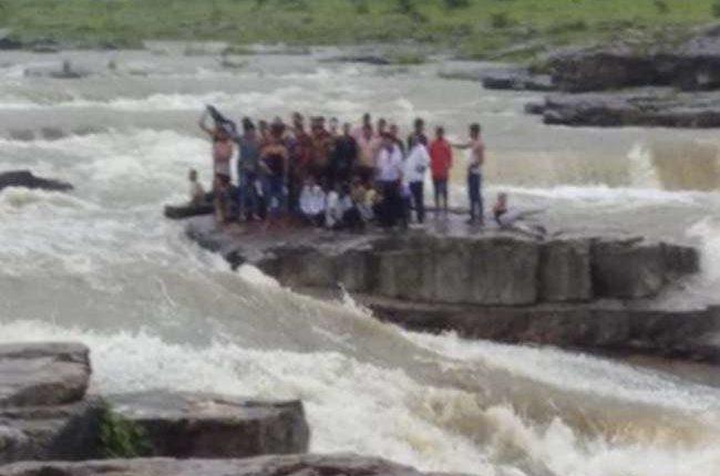 मध्य प्रदेश: शिवपुरी झरने से 45 लोग सुरक्षित निकाले गए
