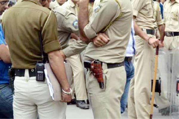 यहां पुलिस कर्मी की 'इस' हरकत से दागदार हुई खाकी, लोगों ने किया यह हाल