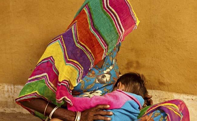 पति के अंतिम संस्कार के लिए बेटे को रखा गिरवी, बच्चों की प्यास बुझाने के लिए नाली का पानी पिलाने को हुई मजबूर