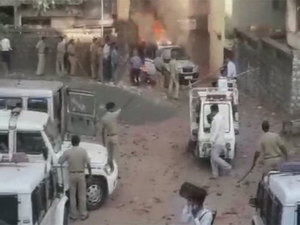 गुजरात-दाहोद : एक शख्स की मौत से भड़की हिंसा, थाने में लगाई आग