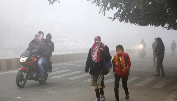 दिल्ली-एनसीआर : कोहरे से गाड़ियां रेंगने को मजबूर, ठंड हुई अब जानलेवा