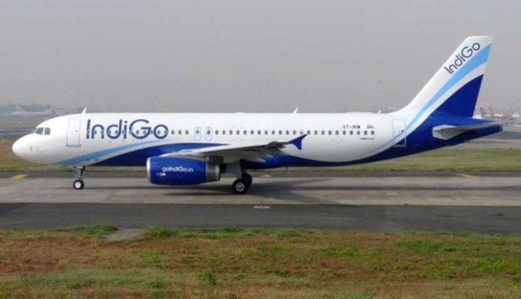 यात्री की तबीयत बिगड़ने के कारण विमान ने की इंदौर में इमरजेंसी लैंडिंग