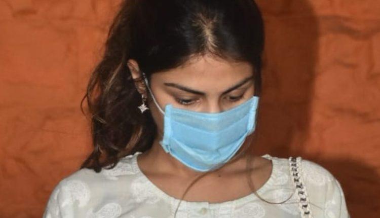 तथाकथित रूप सुशांत सिंह राजपूत की गर्लफ़्रेंड कही जाने वाली रिया चक्रवर्ती से पुलिस ने की घंटों पूछताछ।