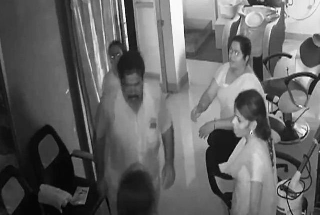 तमिलनाडुः DMK के पूर्व पार्षद ने सैलून में महिला पर लात चलाया।