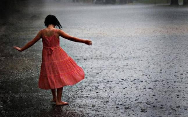 Monsoon Tips : स्किन की देखभाल के लिए अपने साथ रखें ये चीजें ।