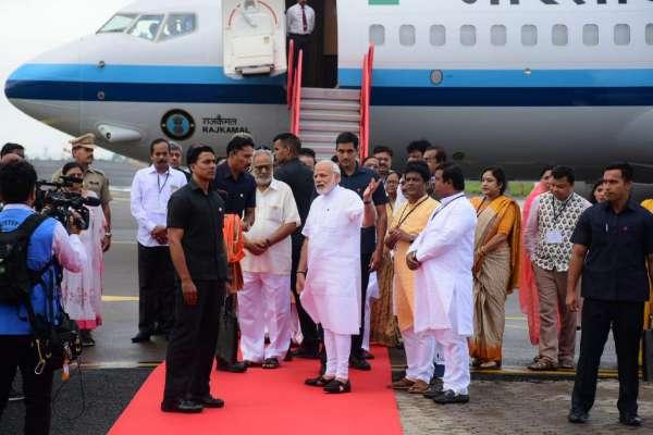 ओडिशा में पीएम मोदी ने किया एयरपोर्ट का उद्घाटन, साथ ही झारसुगुड़ा-बारापली-सरदेगा रेल लाइन भी जनता को समर्पित की।