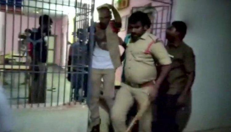 आंध्र प्रदेश: पुलिस स्टेशन में घुस कर की पुलिसवालों की पिटाई।