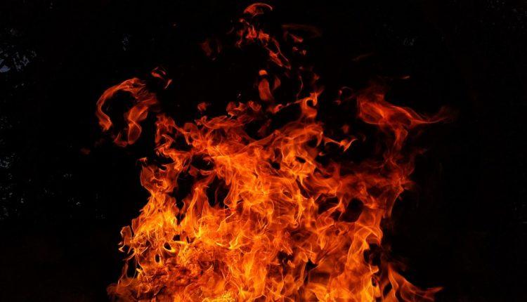आग की चपेट में आई दो दुकानें और एक स्टोर, लाखों रुपये का हुआ नुकसान