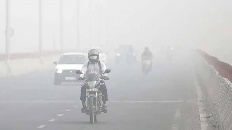 दिल्ली में खतरनाक स्तर पर पहुंचा वायु प्रदूषण, कई इलाकों में सांस लेना दूभर