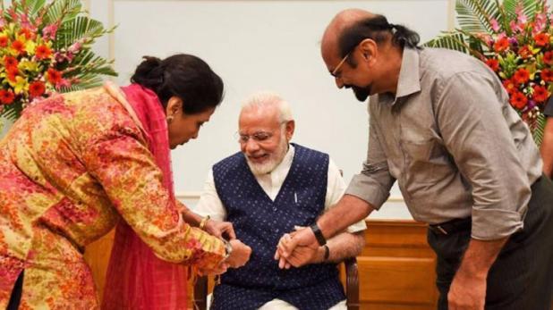 PM मोदी के लिए पाकिस्तान से बहन कमर मोहसिन शेख ने भेजी राखी, रक्षाबंधन पर भाई के पास न होने का है मलाल