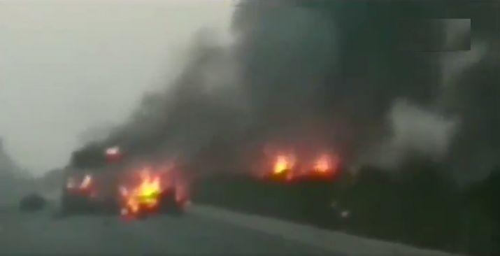 सूरत : सिलेंडर लदे ट्रक में लगी भीषण आग, पास जा रही स्कूल बस चपेट में आई।