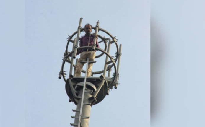 कर्ज में डूबा जौहरी चढ़ गया मोबाइल टॉवर पर