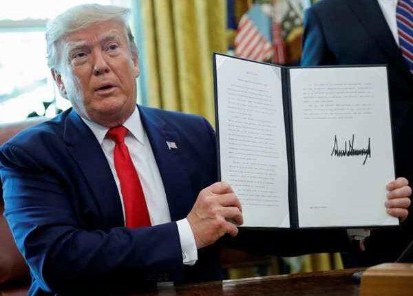 अमेरिका ने ईरान पर लगाए और कड़े प्रतिबंध, कार्यकारी आदेश पर किए हस्ताक्षर