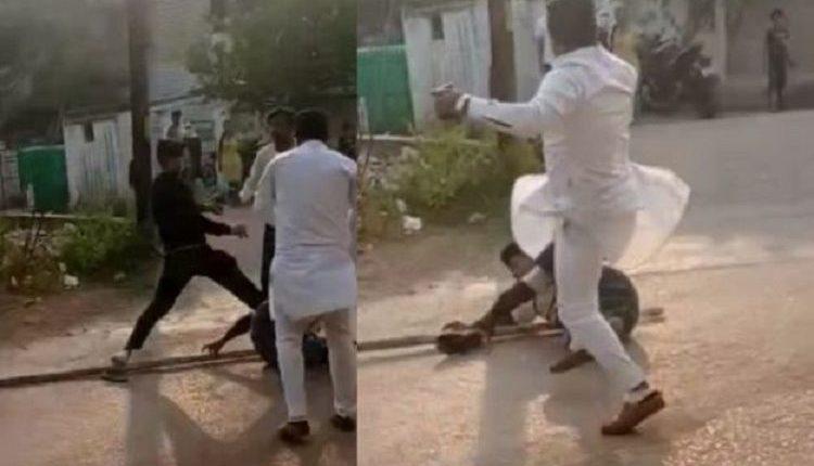 आदिवासी युवक को बीच सड़क मारते दिखा कांग्रेसी पार्षद कामरान अंसारी