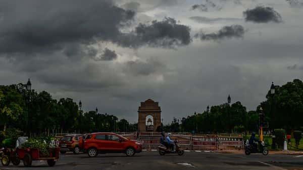 दिल्ली में आंधी तूफान के साथ छाए बादल, देश के इन राज्यों में बारिश के आसार ।