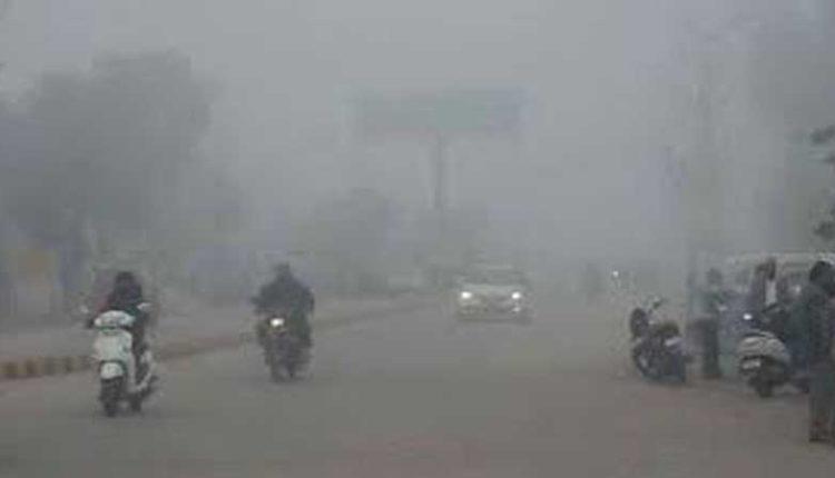 उत्तर भारत के अधिकतर इलाकों में कड़ाके की ठंड।