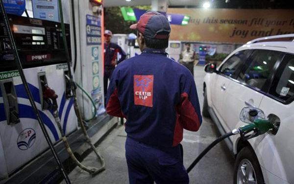 पेट्रोल और डीजल की कीमत में आई गिरावट, जानिए उनके नए दाम।