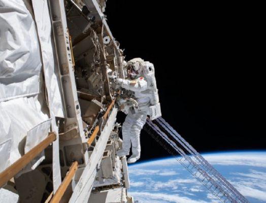 सोमवार को ड्रैगन कैप्सूल से चार अंतरिक्ष यात्री अंतरराष्ट्रीय अंतरिक्ष स्टेशन पर उतरे।